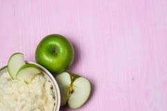 Gachas de avena con Apple para el desayuno Imagen de archivo libre de regalías