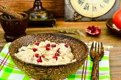 Gachas de avena con la comida sana de la dieta de la granada Imagen de archivo libre de regalías