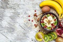 Gachas de avena de la harina de avena con las frutas, las nueces y la miel Desayuno sano Fotos de archivo libres de regalías