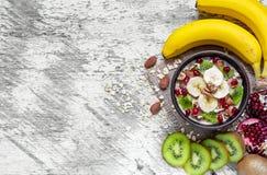 Gachas de avena de la harina de avena con las frutas y las nueces Desayuno sano Imágenes de archivo libres de regalías
