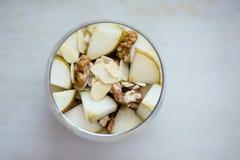 Gachas de avena de la harina de avena condimentadas con el plátano triturado, rematado con cortado Imagen de archivo libre de regalías