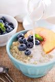 Gachas de avena de la quinoa del desayuno con las frutas frescas Fotografía de archivo
