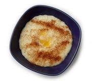 Gachas de avena del arroz con cinamomo, azúcar y mantequilla Fotos de archivo