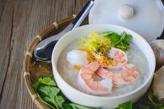 Gachas de avena del arroz con el camarón y el huevo, tono del vintage, comida tailandesa, tailandesa Imagenes de archivo
