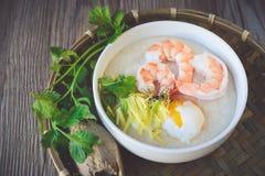 Gachas de avena del arroz con el camarón y el huevo, tono del vintage, comida tailandesa, tailandesa Imagen de archivo libre de regalías