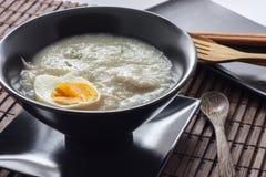 Gachas de avena del arroz con el huevo hervido Imagen de archivo