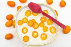 Gachas de avena del arroz con el kumquat fotos de archivo libres de regalías
