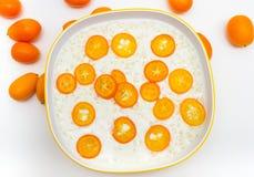 Gachas de avena del arroz con el kumquat imagen de archivo