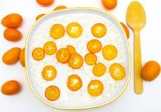 Gachas de avena del arroz con el kumquat foto de archivo