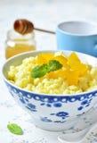 Gachas de avena del arroz de la leche con la calabaza y la miel Foto de archivo libre de regalías