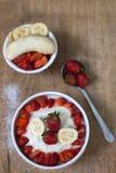 Gachas de avena del arroz de la leche con la fresa de la fruta Imagenes de archivo