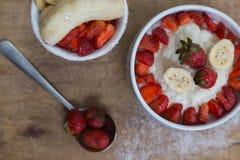 Gachas de avena del arroz de la leche con la fresa de la fruta Fotografía de archivo libre de regalías