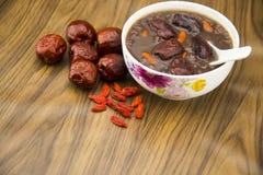 Gachas de avena del desayuno, fechas rojas, fruta wolfberry, arroz Imagenes de archivo