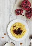 Gachas de avena del mijo con leche, frutas y nueces Imagen de archivo libre de regalías