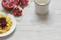 Gachas de avena del mijo con leche, frutas y nueces Imágenes de archivo libres de regalías
