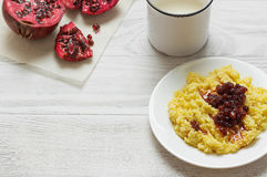 Gachas de avena del mijo con leche, frutas y nueces Imagen de archivo