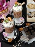 Gachas de avena de la avena con el chocolate y la crema azotada Fotos de archivo