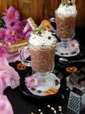Gachas de avena de la avena con el chocolate y la crema azotada Imagen de archivo