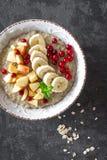 Gachas de avena de la harina de avena con las frutas y las bayas Fotografía de archivo libre de regalías