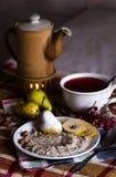 Gachas de avena, pera y té de las bayas Fotos de archivo libres de regalías