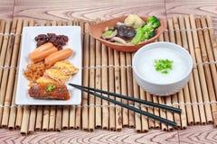 Gachas del arroz con la salchicha, las almejas, el rábano, la tortilla y la verdura frita Imagenes de archivo