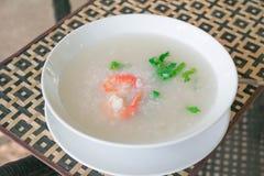 Gachas del arroz de las gachas de avena con el camarón Fotos de archivo libres de regalías