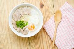 Gachas del arroz de las gachas de avena del chino tradicional en el tazón de fuente, congee Imagen de archivo