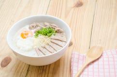 Gachas del arroz de las gachas de avena del chino tradicional en el tazón de fuente, congee Foto de archivo