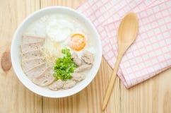 Gachas del arroz de las gachas de avena del chino tradicional en el tazón de fuente, congee Foto de archivo libre de regalías