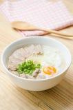 Gachas del arroz de las gachas de avena del chino tradicional en el tazón de fuente, congee Fotografía de archivo libre de regalías
