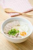 Gachas del arroz de las gachas de avena del chino tradicional en el tazón de fuente, congee Imágenes de archivo libres de regalías