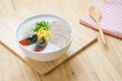 Gachas del arroz de las gachas de avena del chino tradicional en el tazón de fuente, congee Fotos de archivo libres de regalías