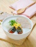 Gachas del arroz de las gachas de avena del chino tradicional en el tazón de fuente, congee Fotos de archivo