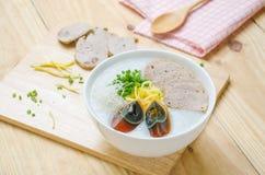 Gachas del arroz de las gachas de avena del chino tradicional en el tazón de fuente, congee Imagenes de archivo
