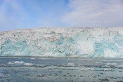 Gacier die in Svalbard dicht omhoog kalven royalty-vrije stock foto's