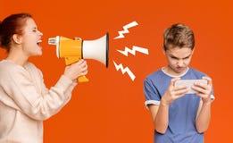 Gadżet uzależniał się chłopiec bawić się mobilne gry na telefonie komórkowym zdjęcie stock