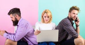 Gadżetu nałóg Nowożytni ludzie mobilnego gadżetu laptopu nowoczesna technologia Mężczyzna i kobieta networking przyrządami zamias Obrazy Royalty Free