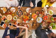 Gadżetu przyrządu nałóg, przyjaciele obiadowi z smarphones fotografia royalty free