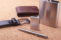 Gadżety i akcesoria dla mężczyzna na lekkim drewnianym tle Modny mężczyzna s pasek, portfel, zapalniczka, Nierdzewna modna kolba obrazy stock