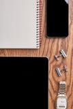 Gadżety i notatnik na drewnie obraz royalty free