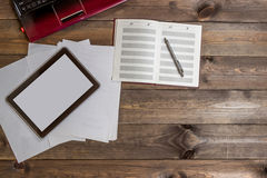 Gadżety na drewnianym stole ilustracji