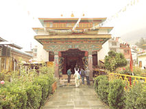 Gadhan Thekchhokling Gompa kloster Arkivfoton