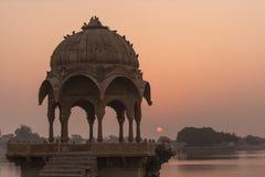 Gadi Sagar寺庙在Gadisar湖 库存图片