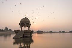 Gadi Sagar寺庙在Gadisar湖 库存照片