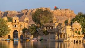 Gadi Sagar Gadisar Lake es una de las atracciones turísticas más importantes de Jaisalmer, Rajasthán, la India imagen de archivo libre de regalías