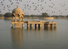 Gadi Sagar Lake Pavilion Royalty-vrije Stock Foto's