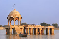 Gadi Sagar-tempel bij Gadisar-meer, Jaisalmer, India Royalty-vrije Stock Foto's