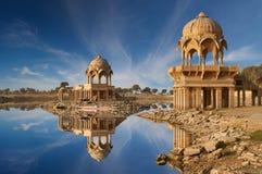 Gadi Sagar tempel på Gadisar sjön Jaisalmer, Indien Arkivbild