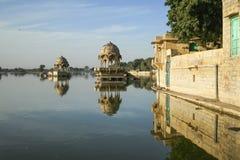 Gadi Sagar tempel på Gadisar sjön med reflexion Arkivfoto