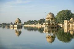 Gadi Sagar tempel på Gadisar sjön med reflexion Royaltyfria Foton